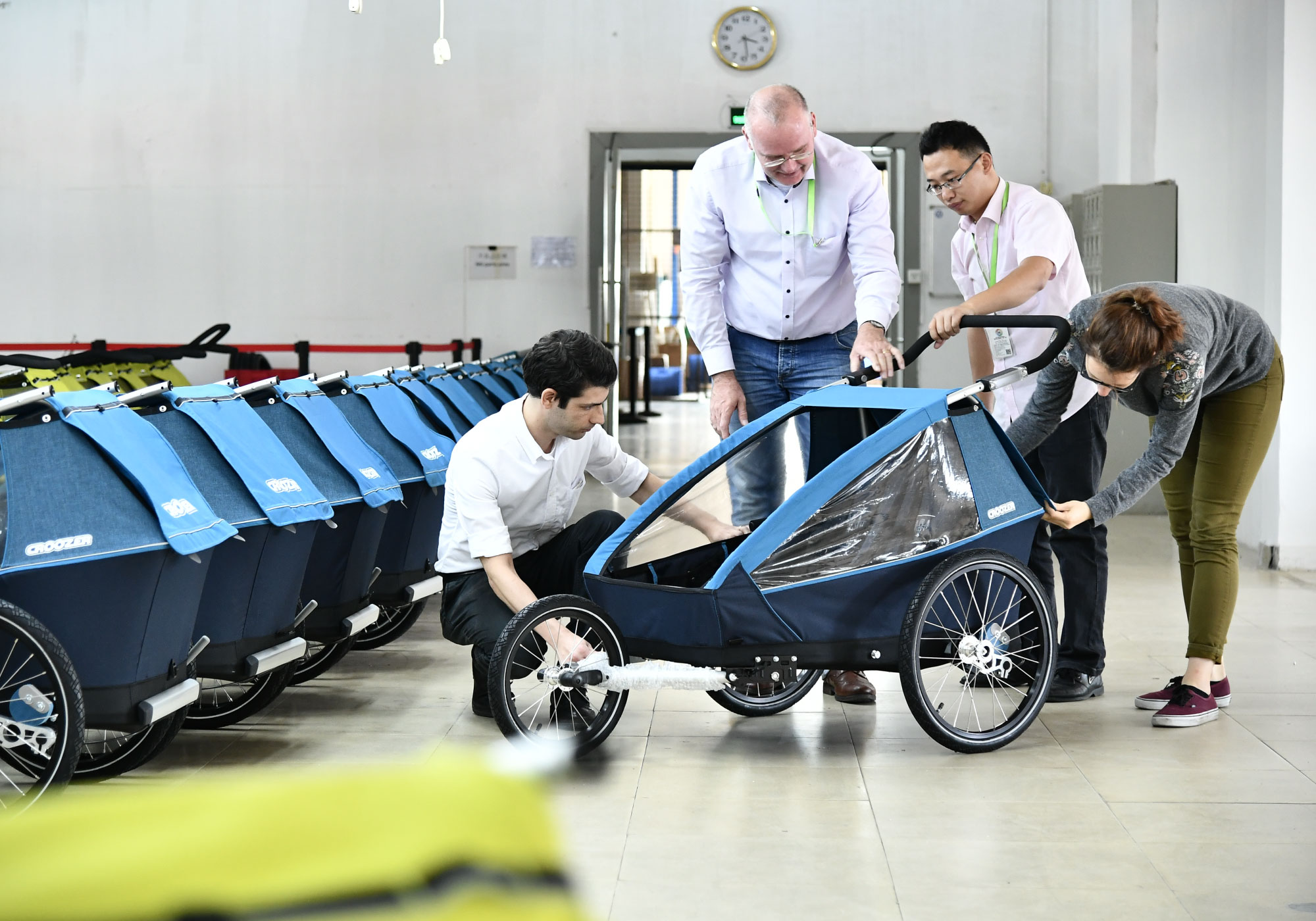 Production floor of Tetro with customer and production manager looking at a bike trailer of Croozer